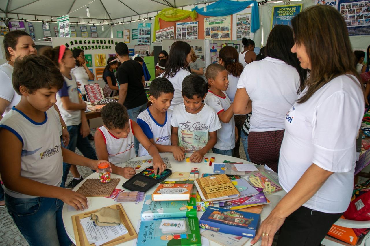 Mostra do Saber é realizada pelas escolas municipais na Praça da Bíblia