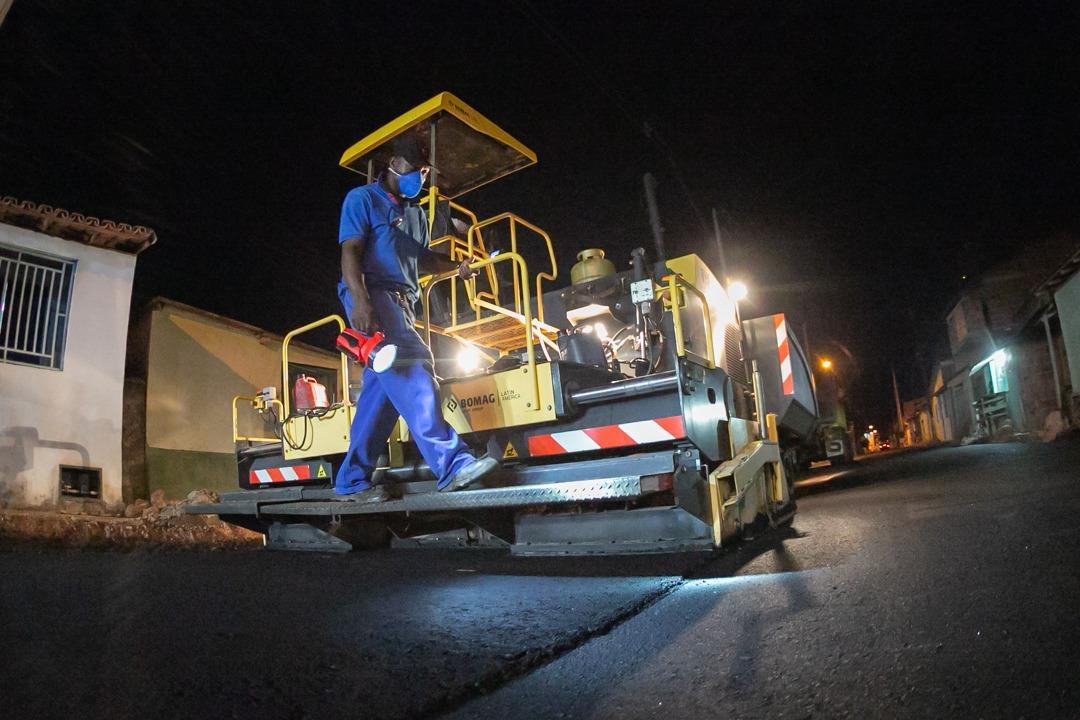 Os trabalhos de asfaltamento avançam na rua da Penha